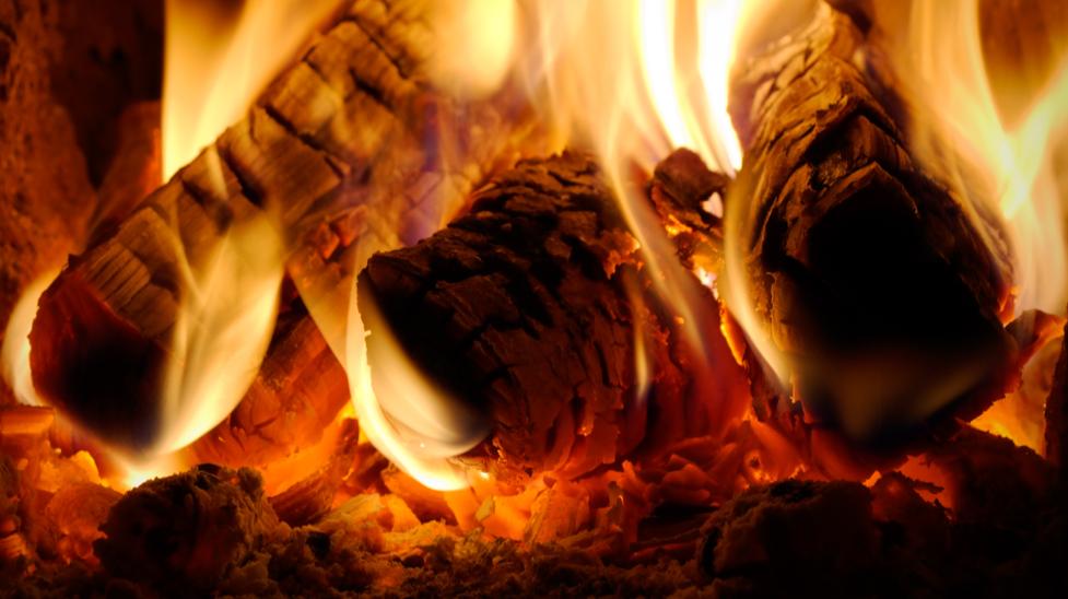 Ild i brændeovn